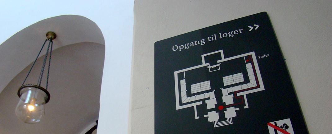 Selvklæbende skilte monteret i Christians Kirke